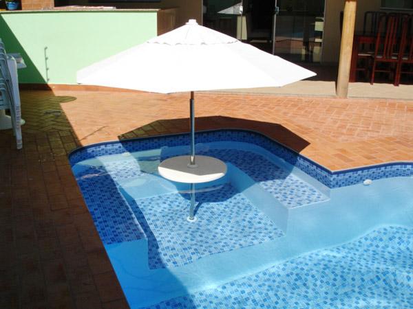 Bar na piscina revestimento ciment cio for Modelos de bares para piscinas